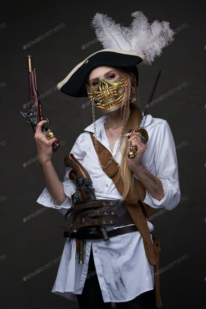 Corsair mujer peligrosa con máscara de calavera dorada