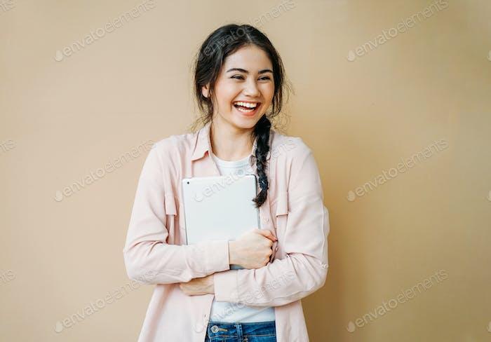 Junge Niedlich glücklich Brünette Mädchen in casual mit tablet in Ihre Hände