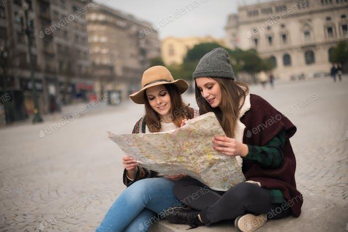 Freunde, die einen Stadtplan konsultieren