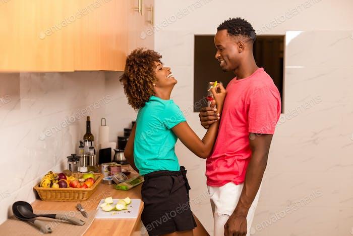 Schwarzes African American Paar Vorbereitung Essen in der Küche