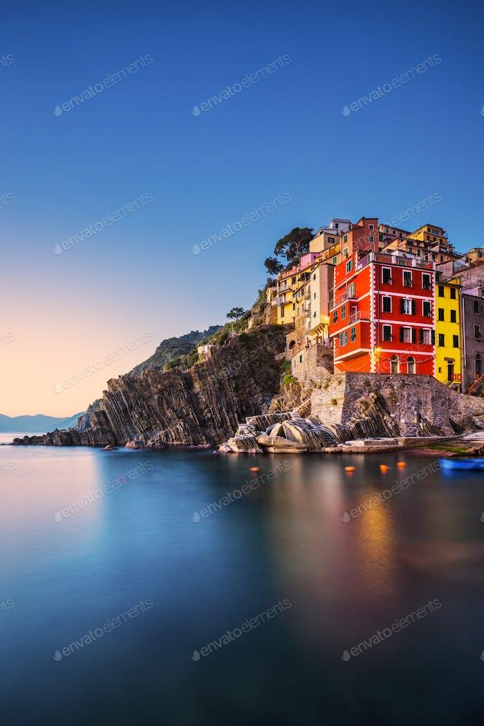 Riomaggiore ciudad, el cabo y el Horizontal del Mar al atardecer. Cinque Terre