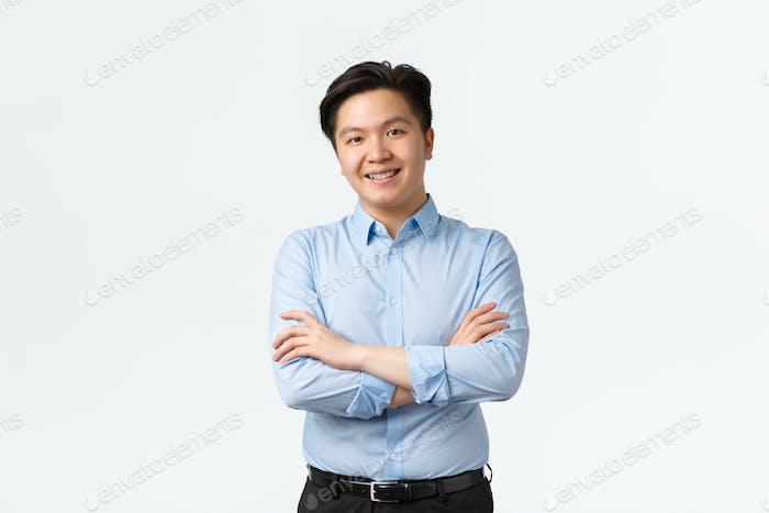 Geschäfts-, Finanz- und Personenkonzept. Professionelle selbstbewusste asiatische Geschäftsmann mit Zahnspangen