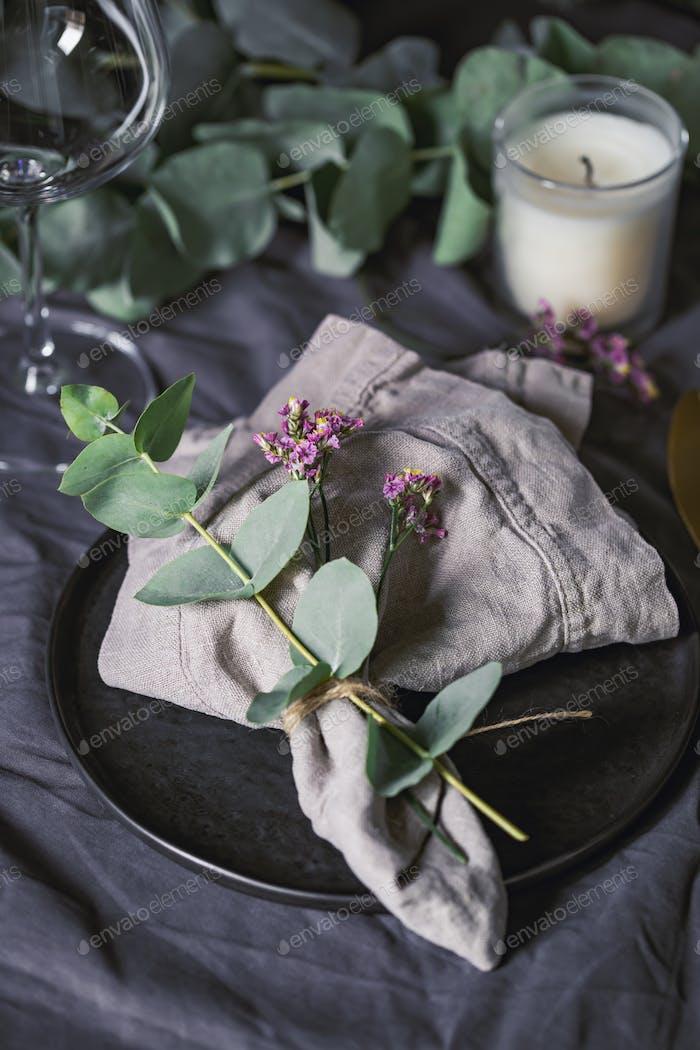 Table de fête avec décor floral. Le concept de Thanksgiving ou dîner de mariage.
