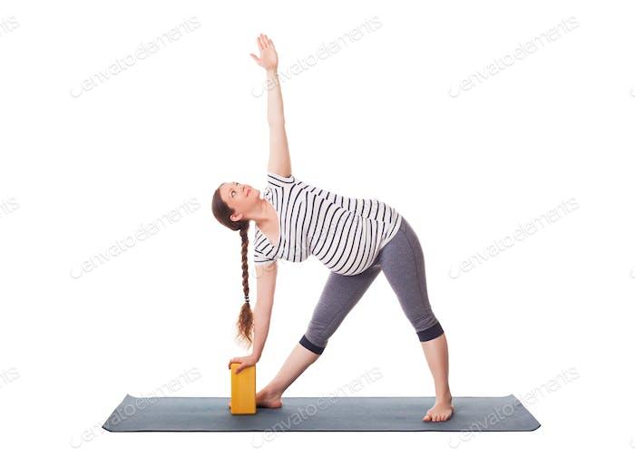 Schwangere Frau tun Yoga Asana Utthita trikonasana