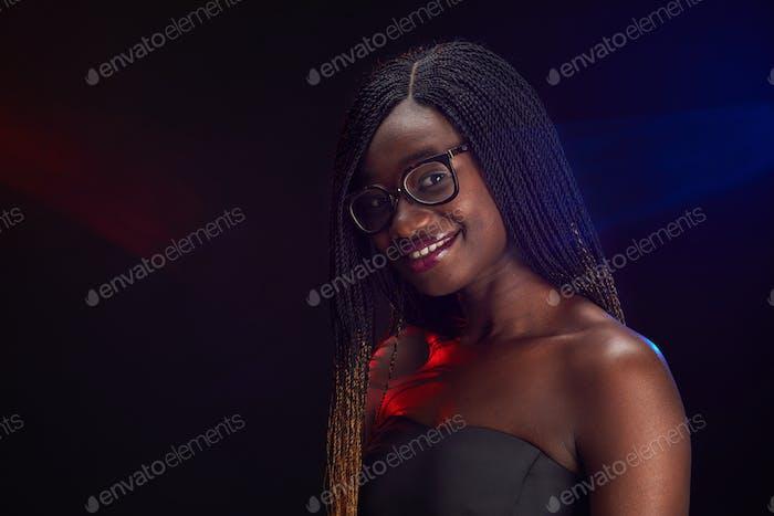 Молодая афро-американка на школьной вечеринке