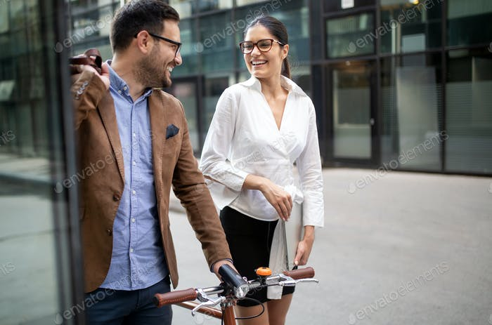 Ein paar glückliche Kollegen reden beim Gehen auf der Straße