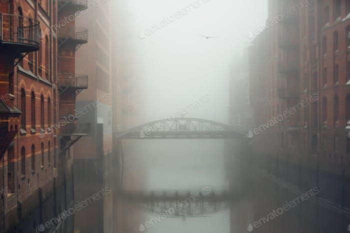 Stadt im mysteriösen Nebel