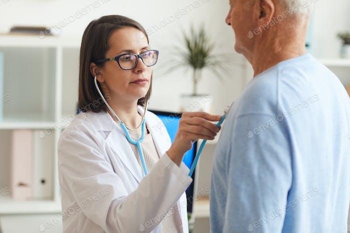 Ärztin Untersuchung Senior Patient