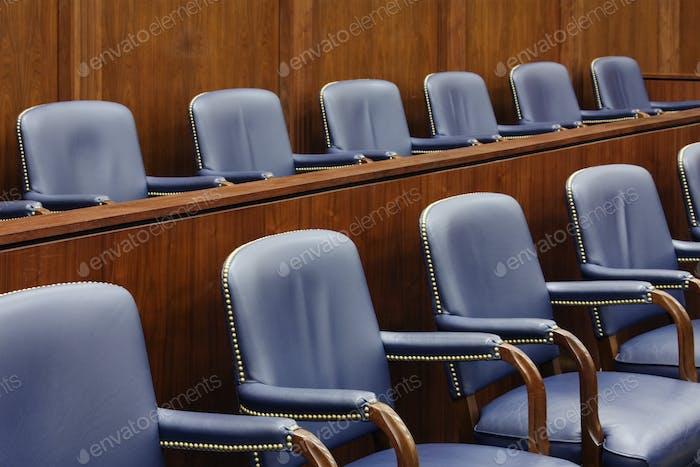 Asientos vacíos del jurado en la sala de audiencias