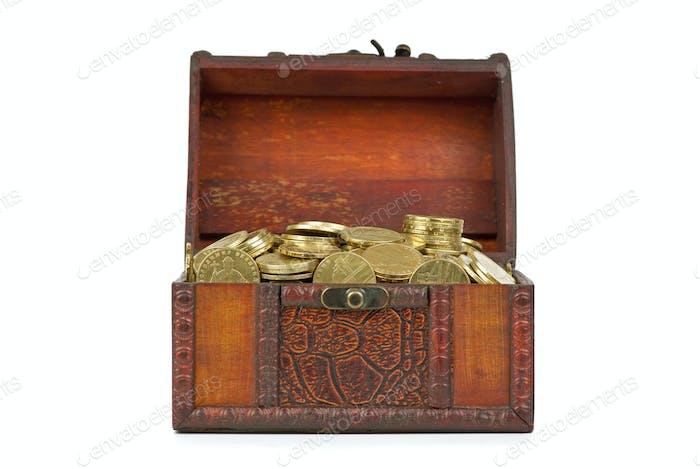 Alte Holztruhe mit goldenen Münzen