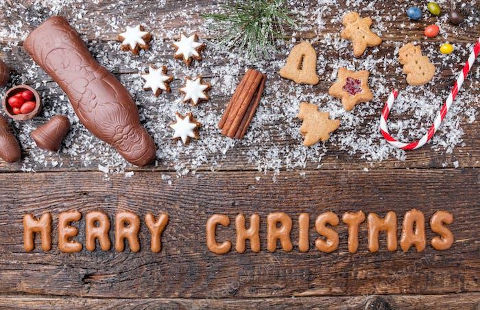 Festlicher Weihnachtshintergrund mit Süßigkeiten und Dekoration