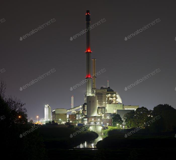 Altes Kraftwerk bei Nacht