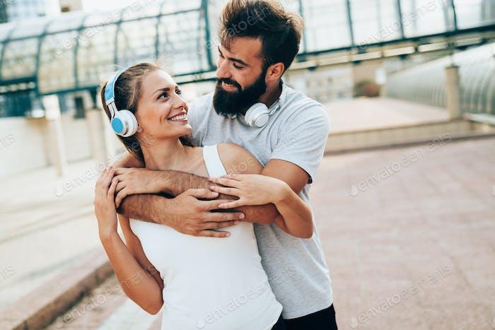 Porträt von jungen attraktiven glücklichen Fitness-Paar