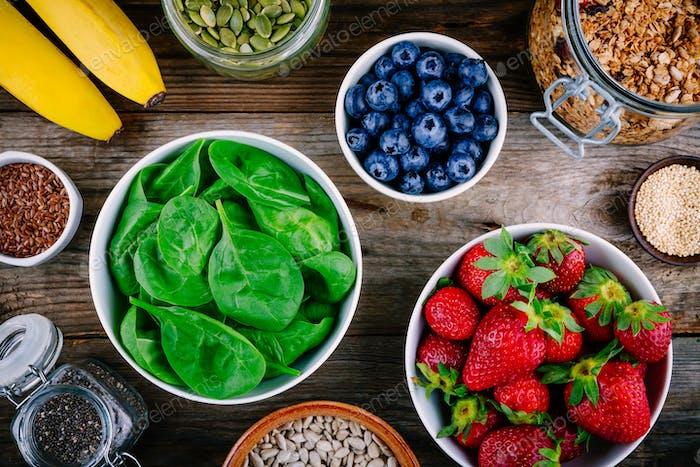 Zutaten für grüne Spinat-Smoothies: Erdbeeren, Bananen, Blaubeeren, Samen