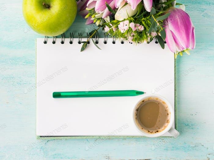 Leere Notizbuchseite mit Stift und Tasse Kaffee