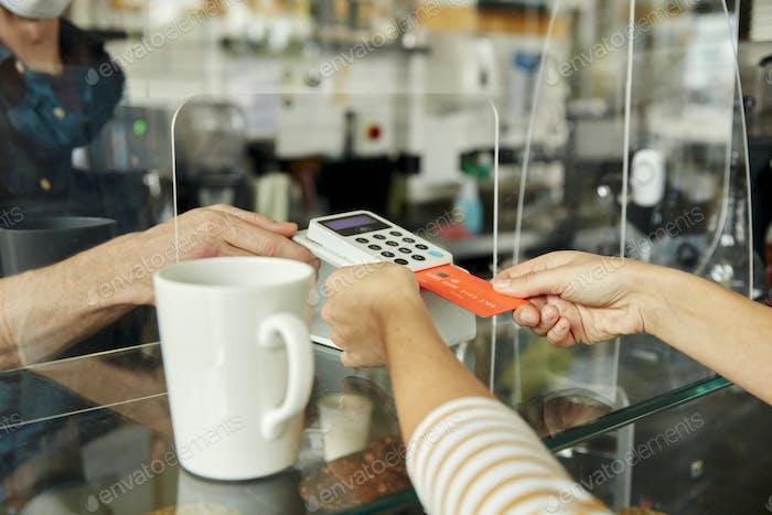 Frau mit kontaktlosem Zahlungsgerät