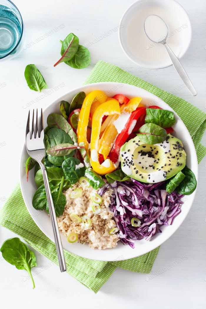 Veggie Couscous Lunchschale mit Avocado, Paprika, Spinat und Rotkohl