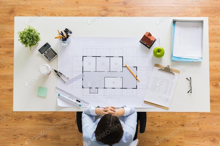 Architekt mit Hausbauplan im Büro