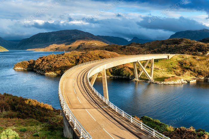 Die gekrümmte Kylesku-Brücke in Schottland
