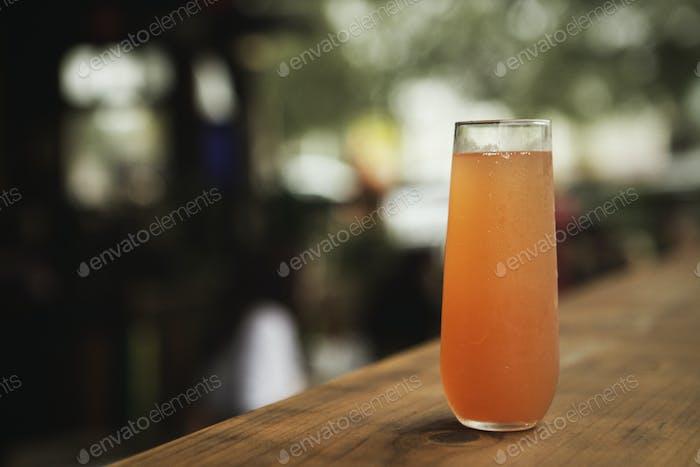 Ein farbenfroher Cocktail