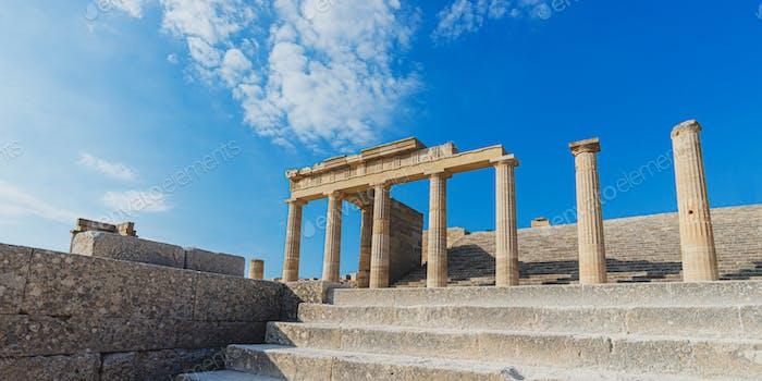 Antike prächtige griechische Säulen der Akropolis von Lindos