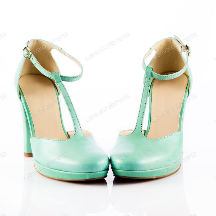 grüne Schuhe. Frau Schuhe isoliert auf weiß