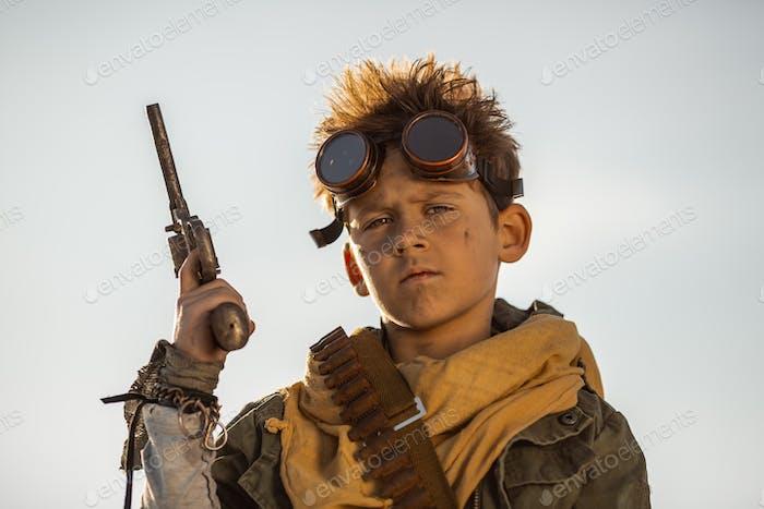Post-apokalyptischer Krieger Junge im Freien in einem Ödland