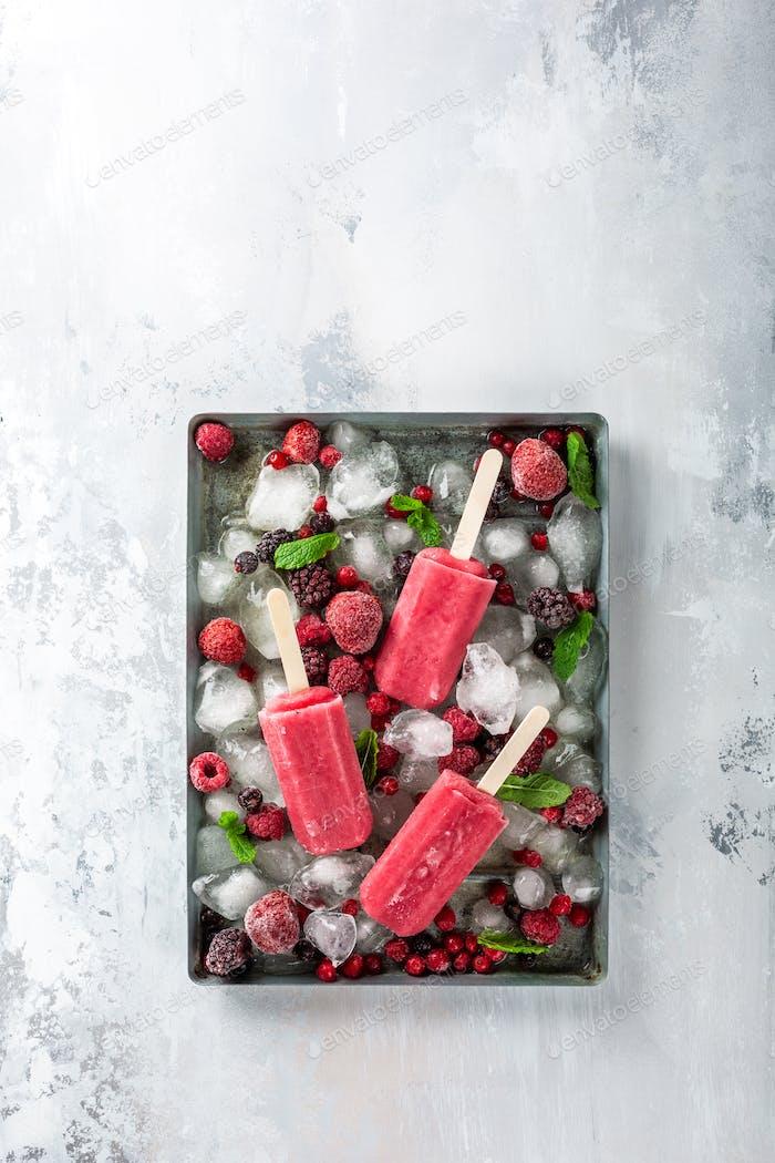 Hausgemachte Beeren Eis am Stiel