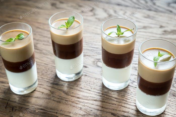 Gelee-Dessert in den Gläsern