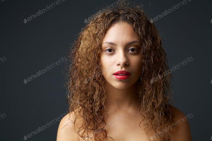 Schöne junge weibliche Mode-Modell