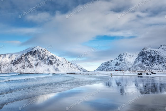 Schneebedeckte Berge und blauer Himmel mit Wolken, die sich im Wasser widerspiegeln