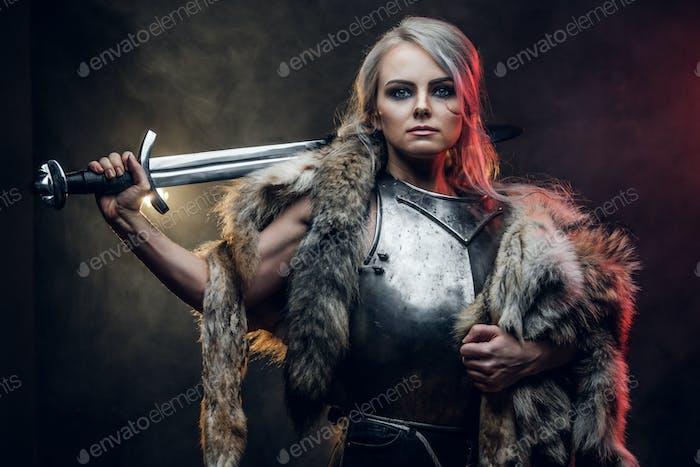 Porträt einer schönen Kriegerin Frau hält ein Schwert tragen Stahl Kürass und Pelz