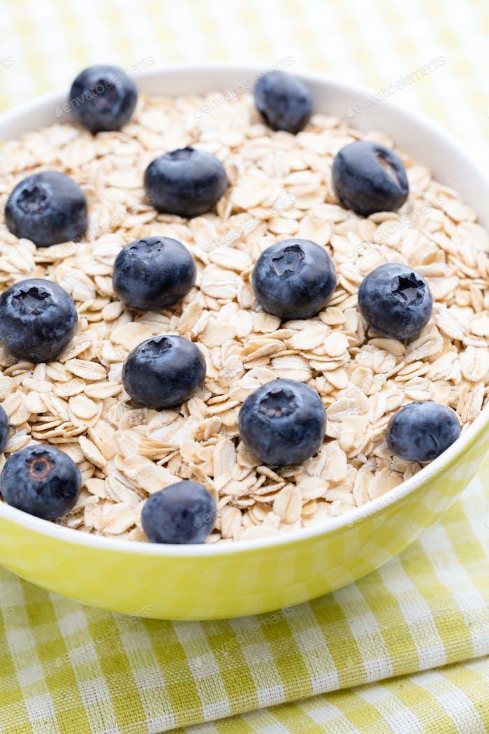 Haferbrei mit Blaubeeren. gesundes Frühstück.
