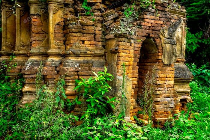 Ruinen des alten buddhistischen Tempels im Wald, Myanmar