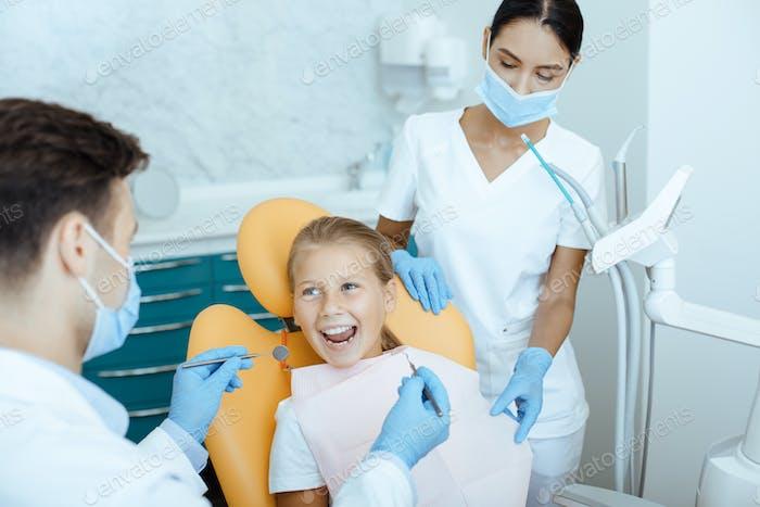 Schnelle, schmerzlose und moderne Untersuchung und Behandlung der Mundhöhle