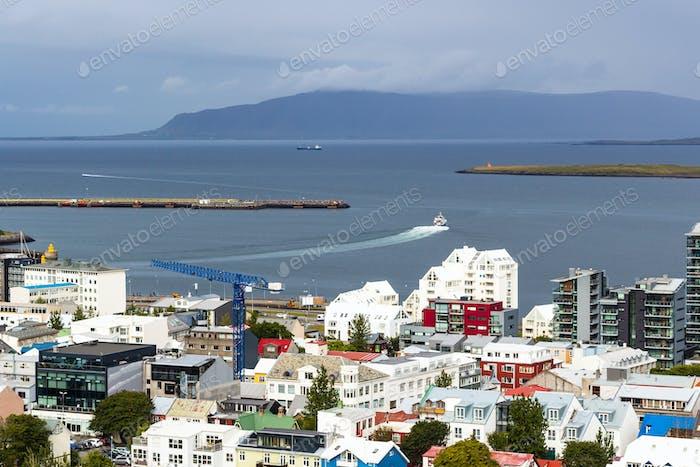 über Ansicht von Stadt und Hafen in Reykjavik