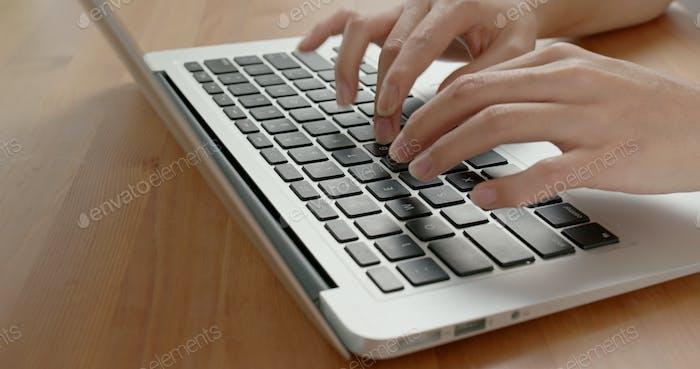 Frau arbeiten auf Notebook-Computer