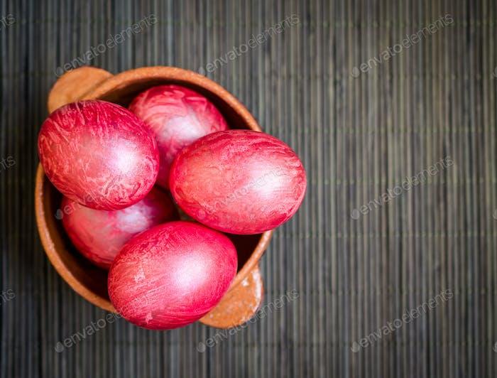 Bunte Eier in Tonschüssel