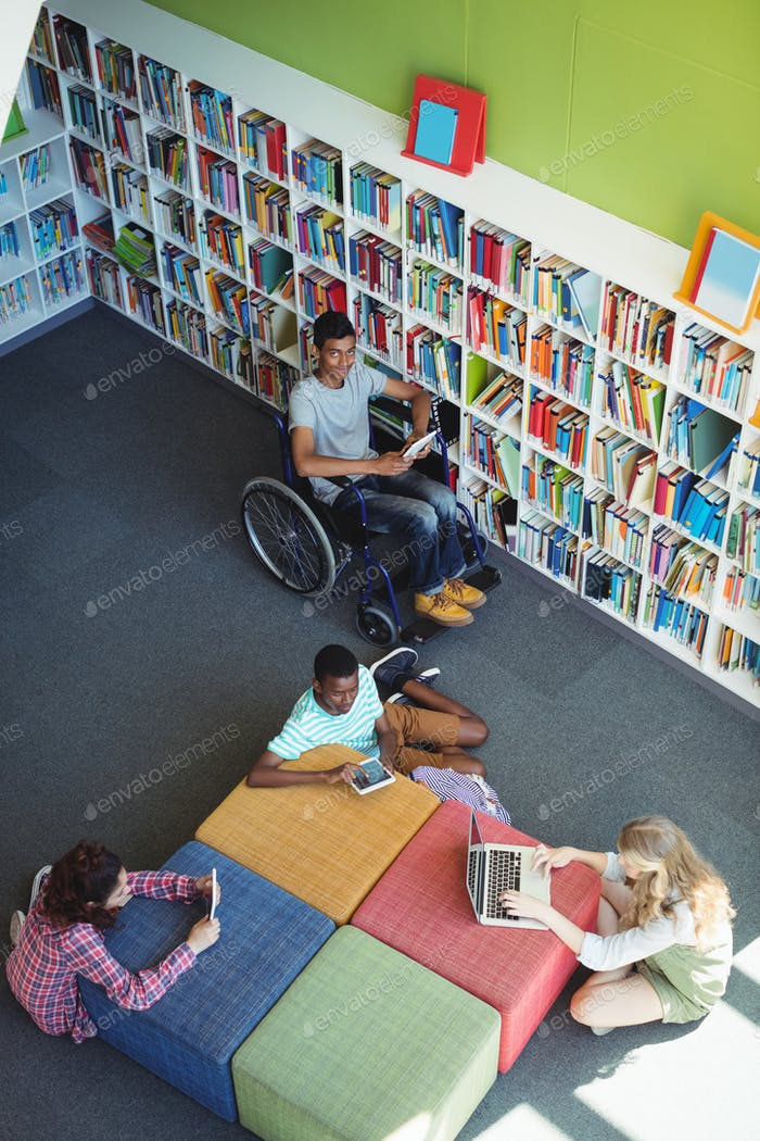 Aufmerksame Studenten, die in der Bibliothek studieren