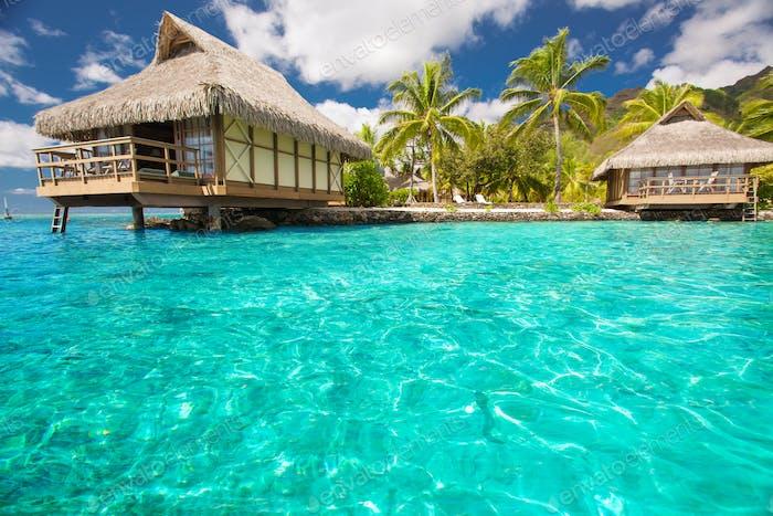 Über Wasser Bungalows mit Stufen in die blaue Lagune