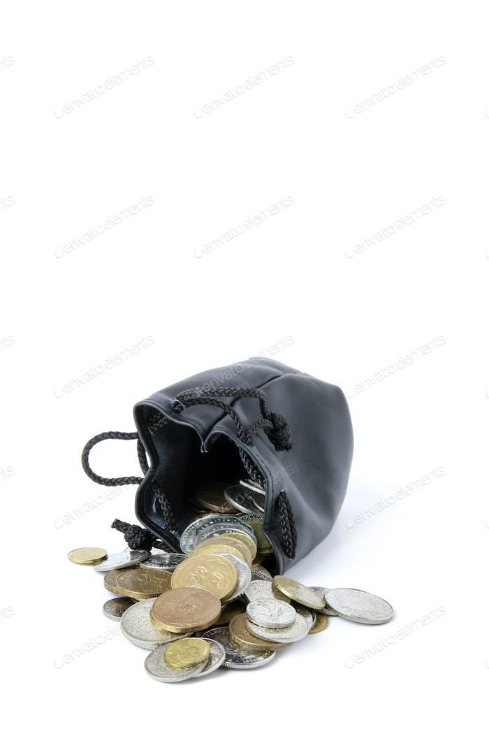 Münzen verschütten aus der Geldbörse