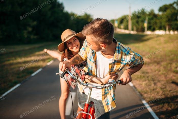Liebespaar Spaß im Sommerpark, Vintage Fahrrad