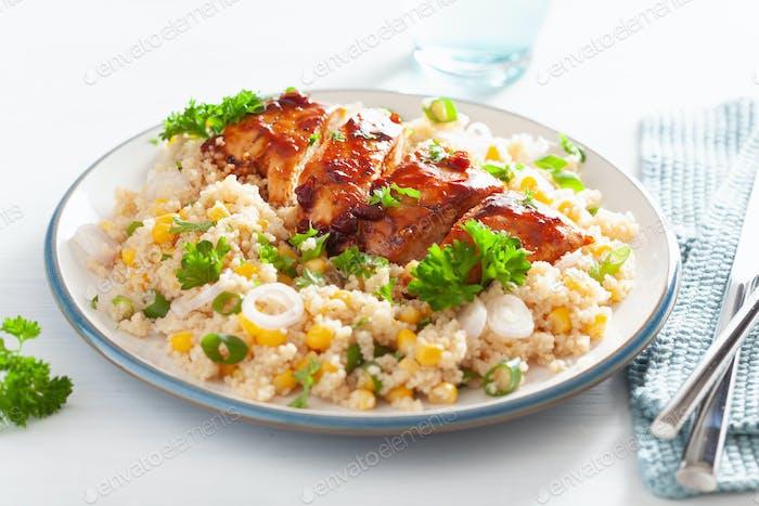 gebratenes BBQ Huhn mit Quinoa Zuckermais Zwiebel, gesundes Mittagessen