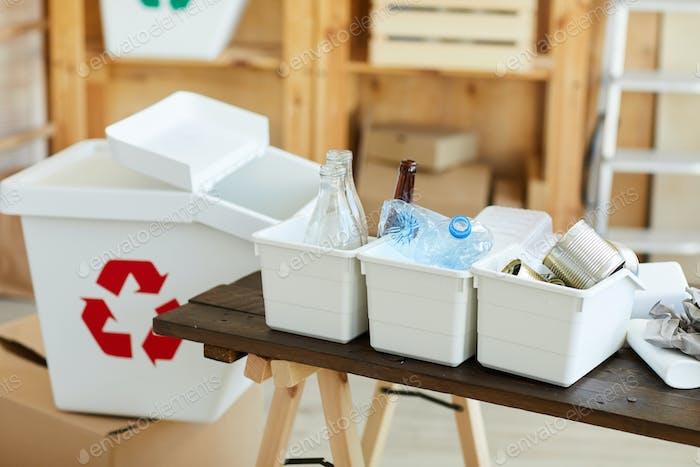 Sortierter Abfall auf dem Tisch