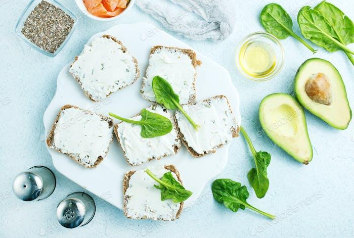 Brot mit Käse und Lachs