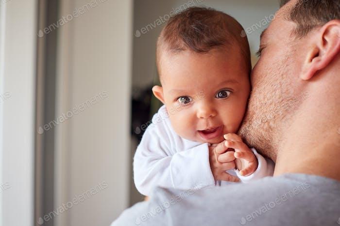 Porträt von 3 Monat alt Baby Tochter gehalten durch Liebevolle Vater in Küche zu Hause