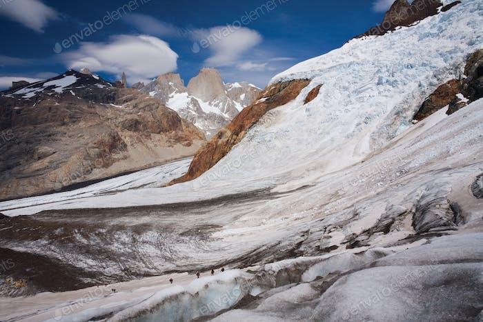 Kletterer auf einem Gletscher im Nationalpark Los Glaciares, Argentinien