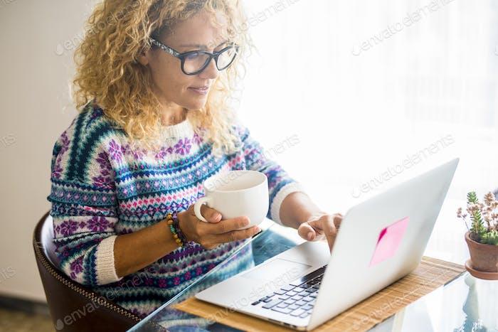 Intelligente Arbeit und alternative Büroaufwand mit modernen Menschen kaukasische Frau, die zu Hause arbeitet