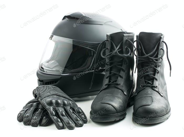 Motorradhelm, Handschuhe und Stiefel.