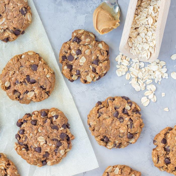 Glutenfreie Erdnussbutter, Haferflocken und Schokoladenstückchen